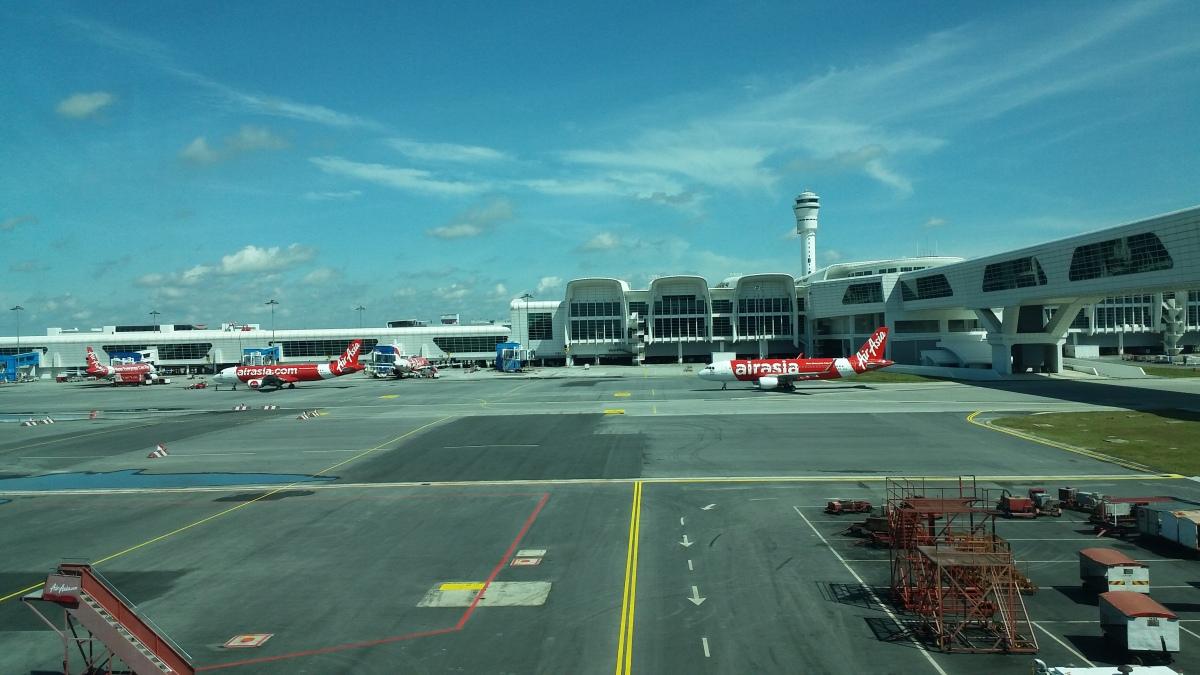Headache, Bookstore & the Smiling Man : 8 Hours in Kuala Lumpur InternationalAirport